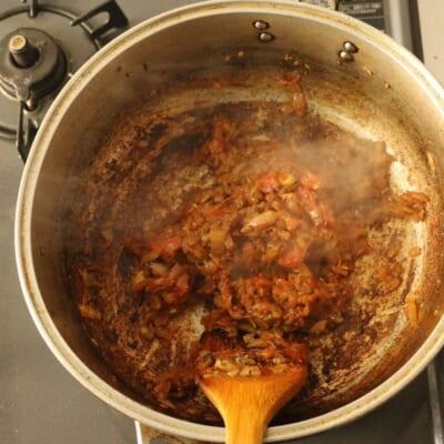 コリアンダーチキンカレー、トマトを炒める。