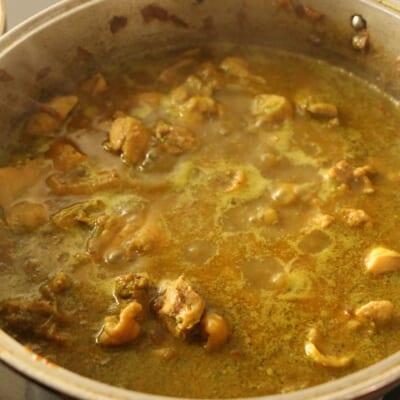 コリアンダーチキンカレーを煮込みます